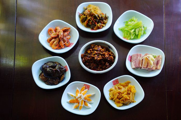 Meat dishes and pickled vegetables